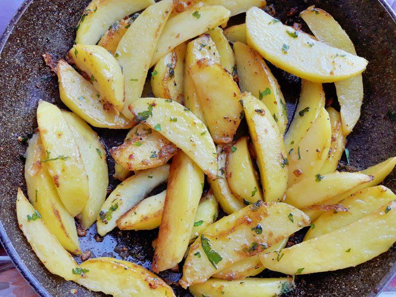 Patate arrosto all'aglio, prezzemolo, peperoncino e parmigiano