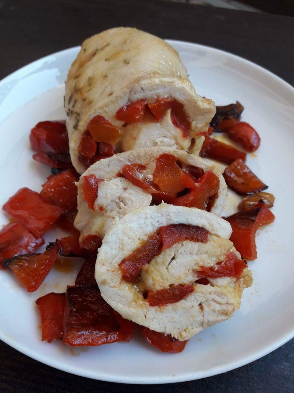 Rotolo di pollo con peperoni e formaggio