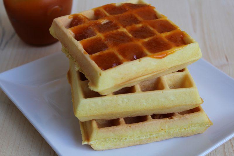 Dolci waffle con marmellata di albicocche