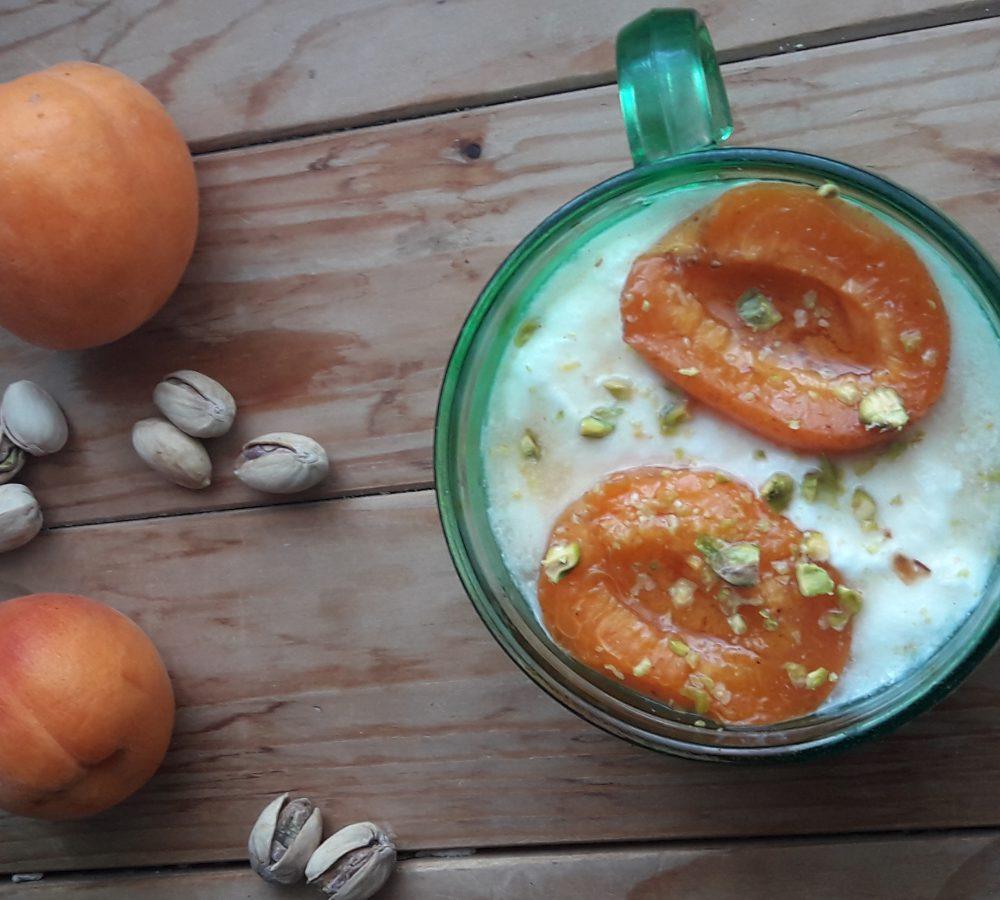 Albicocche sciroppate con pistacchi e yogurt