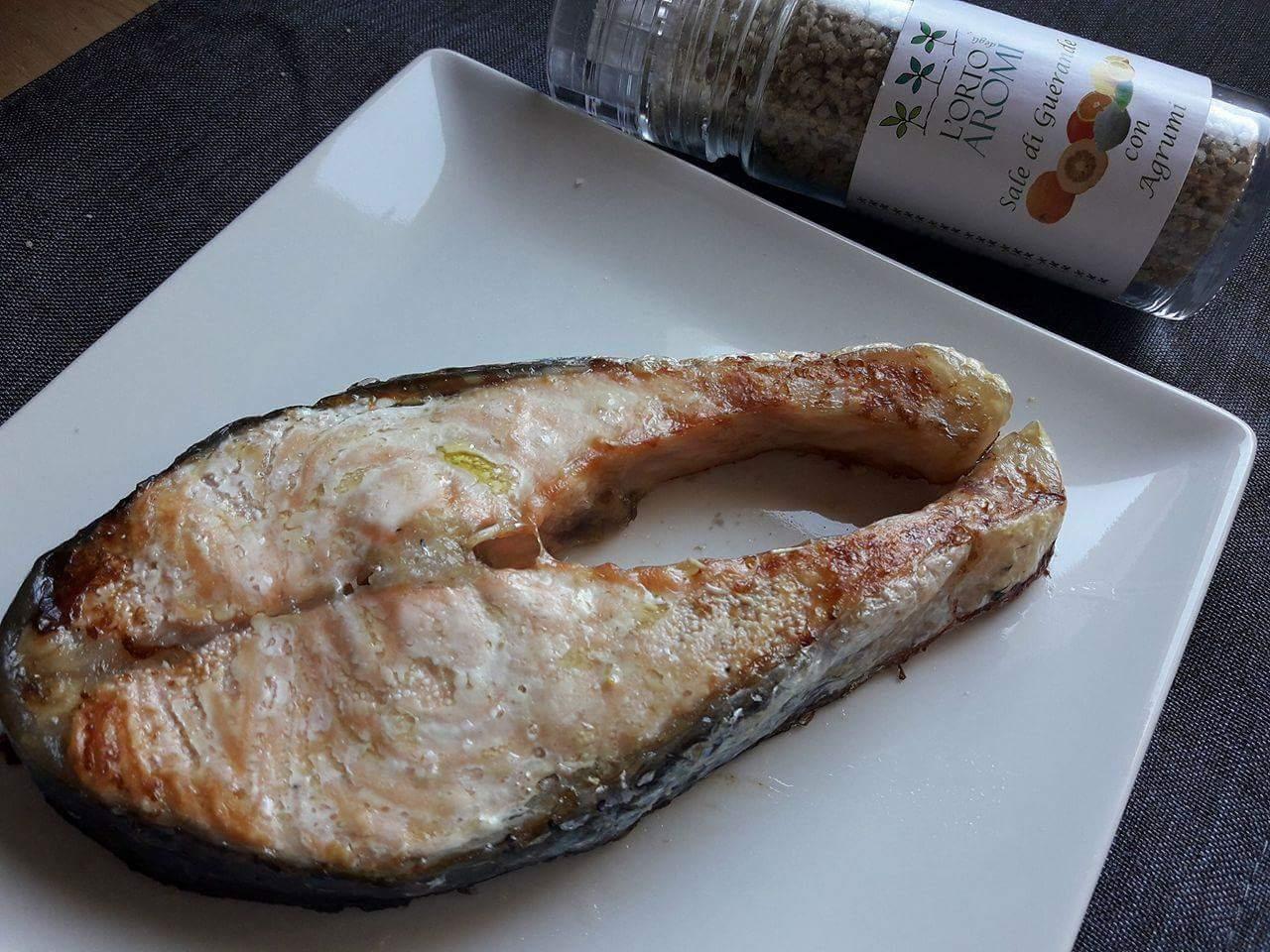 Trancio di salmone aromatizzato di sale con agrumi