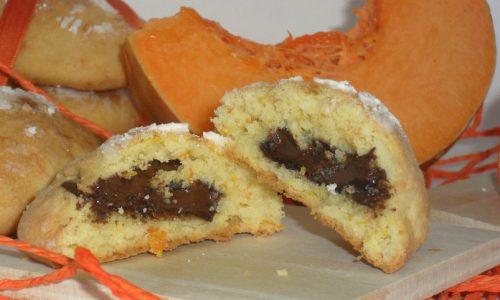 Biscotti alla zucca ripieni di cioccolato