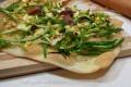 Pizza schiaccia con puntarelle, uova e alici