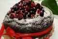 Cuore di cioccolato con frutti di bosco