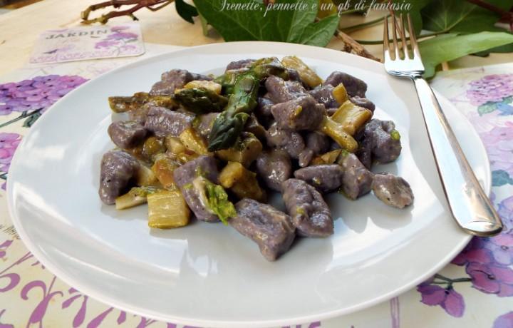 Gnocchi viola con asparagi e scamorza