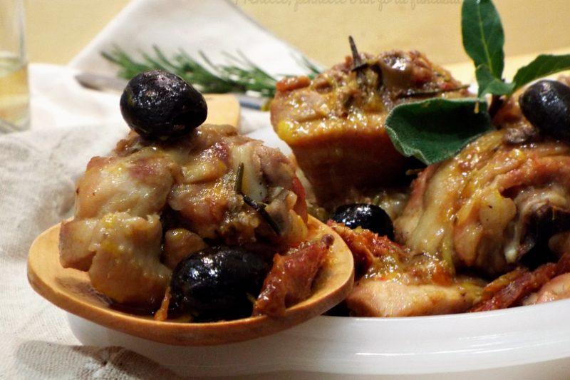 Pollo agli aromi con pomodorini, olive e arance