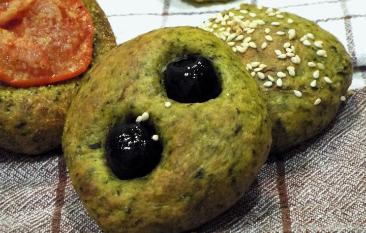 Mini focacce con cicoria, olive e pomodoro