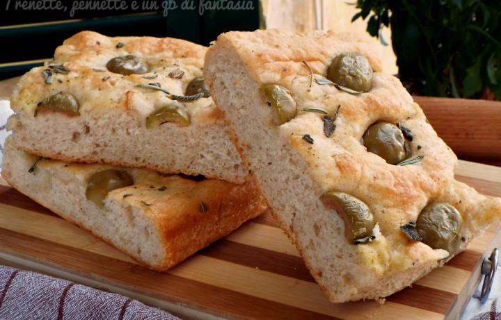 Focaccia morbida con olive verdi condite
