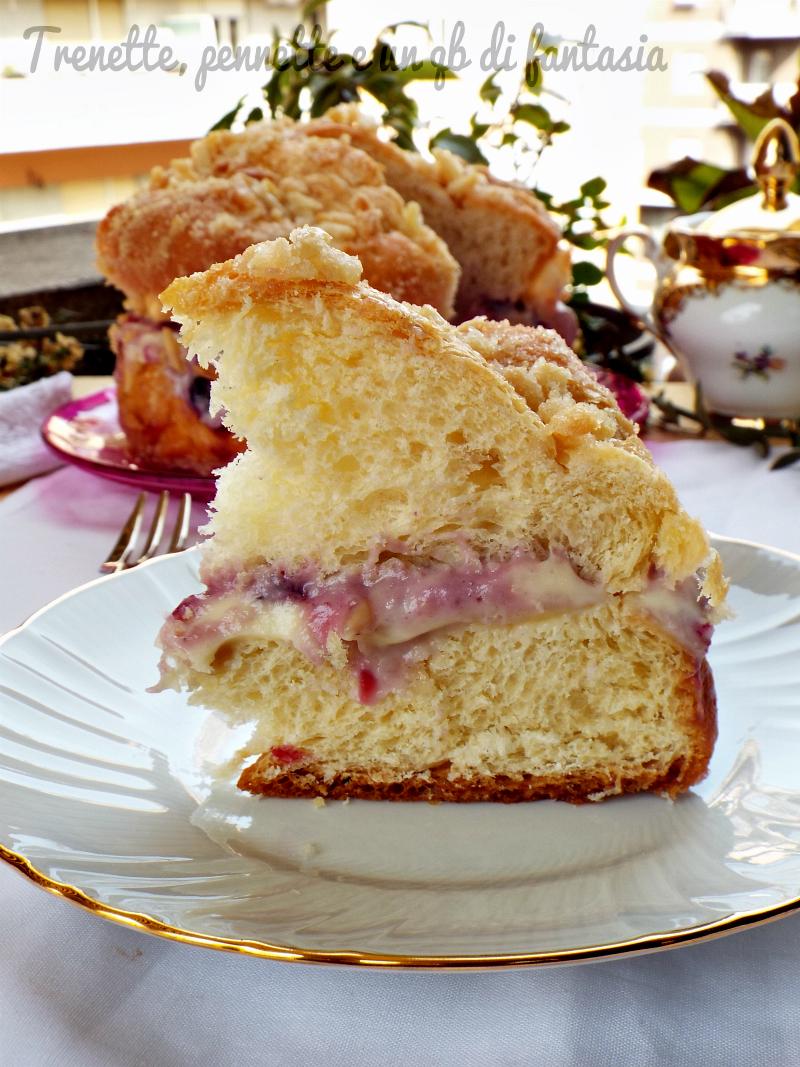 Torta con crosta di mandorle ripiena di crema alla frutta