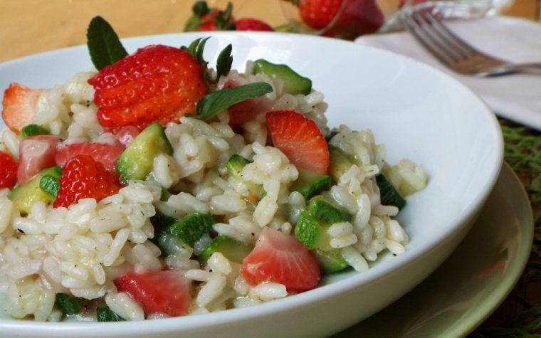 Risotto leggero con zucchine e fragole