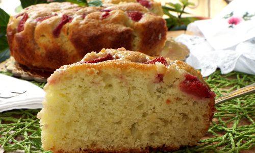 Torta morbida con fragole menta e limone