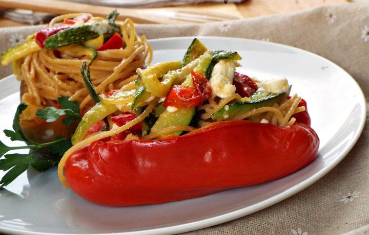 Peperoni ripieni con spaghetti integrali e verdure