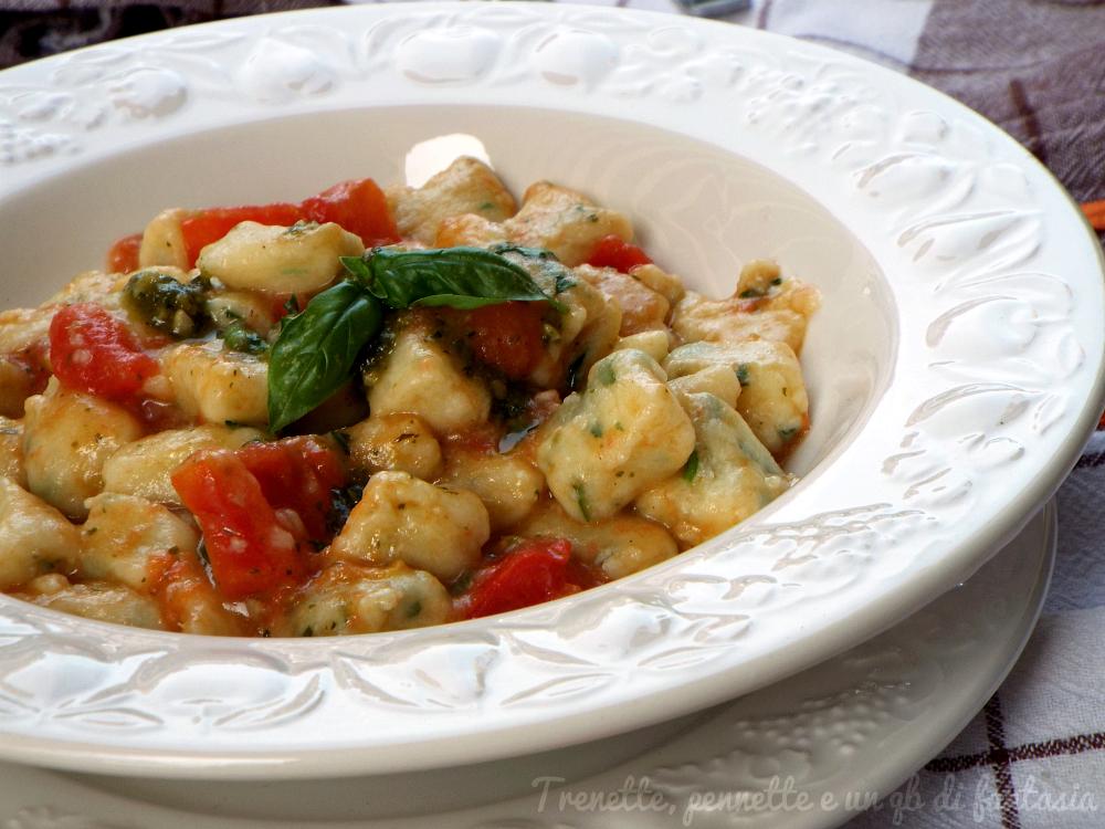 Gnocchi patate e ricotta al basilico con pomodoro