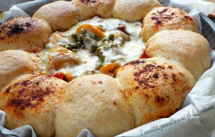 Torta di pane piccante con peperoni e piselli