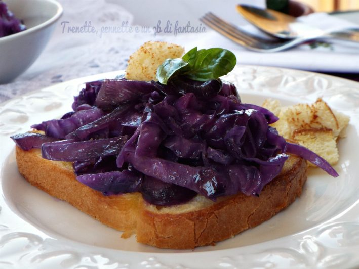 Crostini con cavolo viola e zenzero