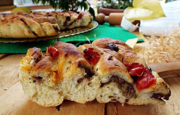 Focaccia spirale con olive e pomodorini cotti al forno