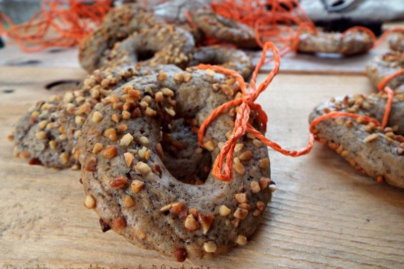 Ciambelline morbide con fondi di caffè e nocciole