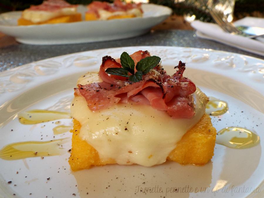 Crostini di polenta con prosciutto affumicato e scamorza