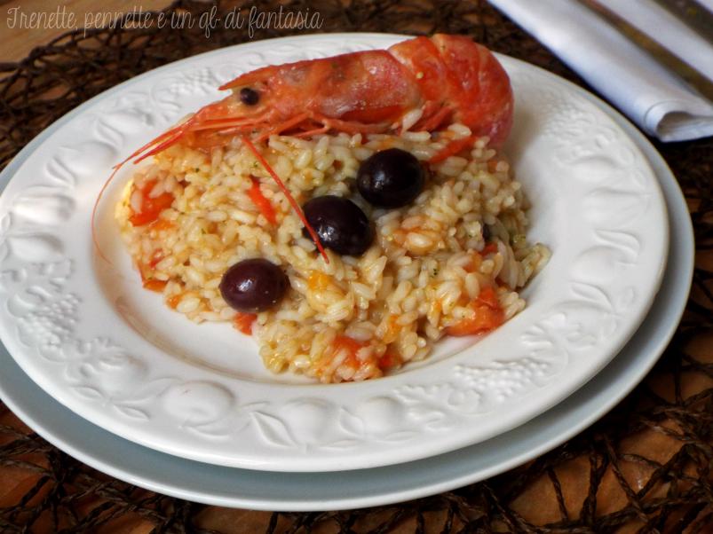Risotto al pesto con gamberoni e olive nere ricetta veloce
