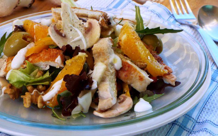 Insalata di pollo con arancia, funghi e noci