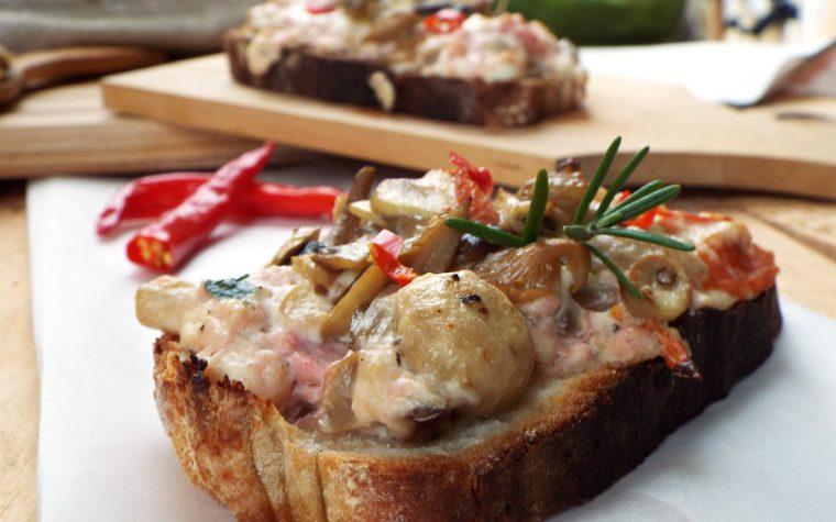 Crostoni con salsiccia stracchino e funghi misti