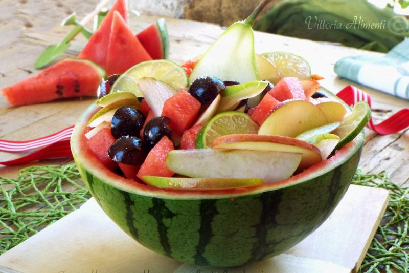 Macedonia di frutta in coppa di anguria