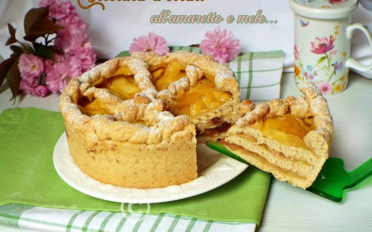 Crostata a strati all'amaretto e mele