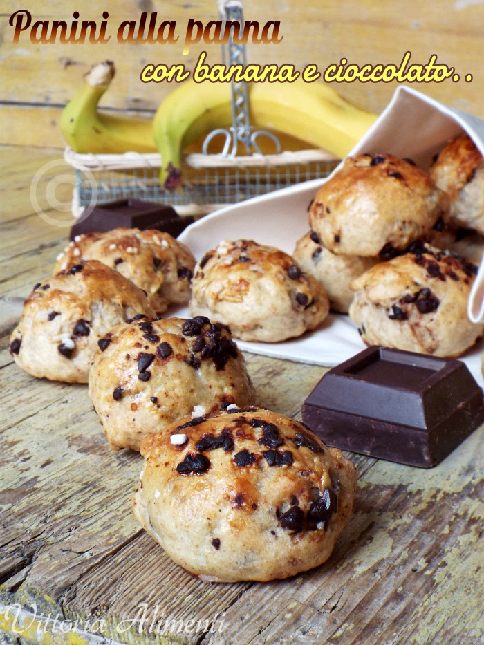 Panini alla panna con banana e cioccolato