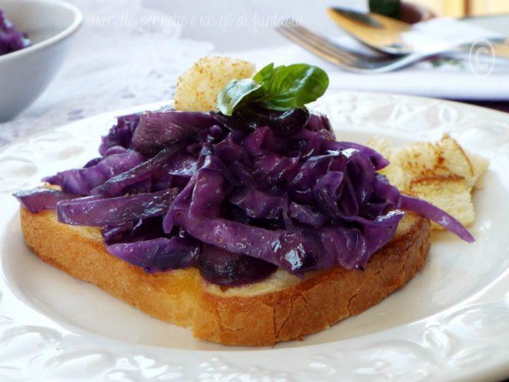 Crostini con cavolo viola