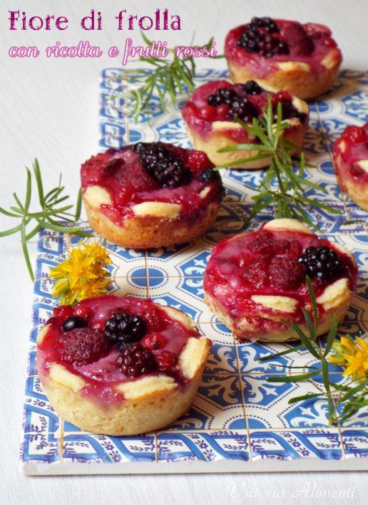Fiori di frollacon ricotta e frutti rossi