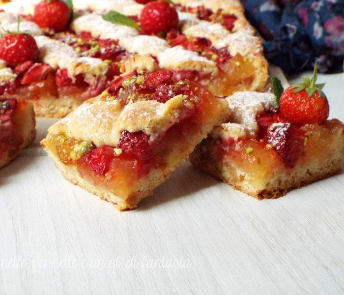 Crostata all'olio con crema di mele e fragole