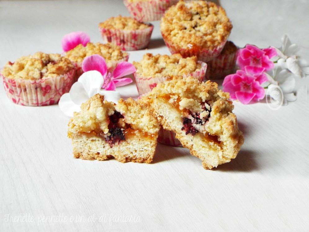Muffin sbriciolati con albicocche e more gelsi