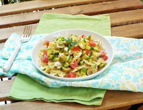 Farfalle con zucchine, pomodorini, olive e uova