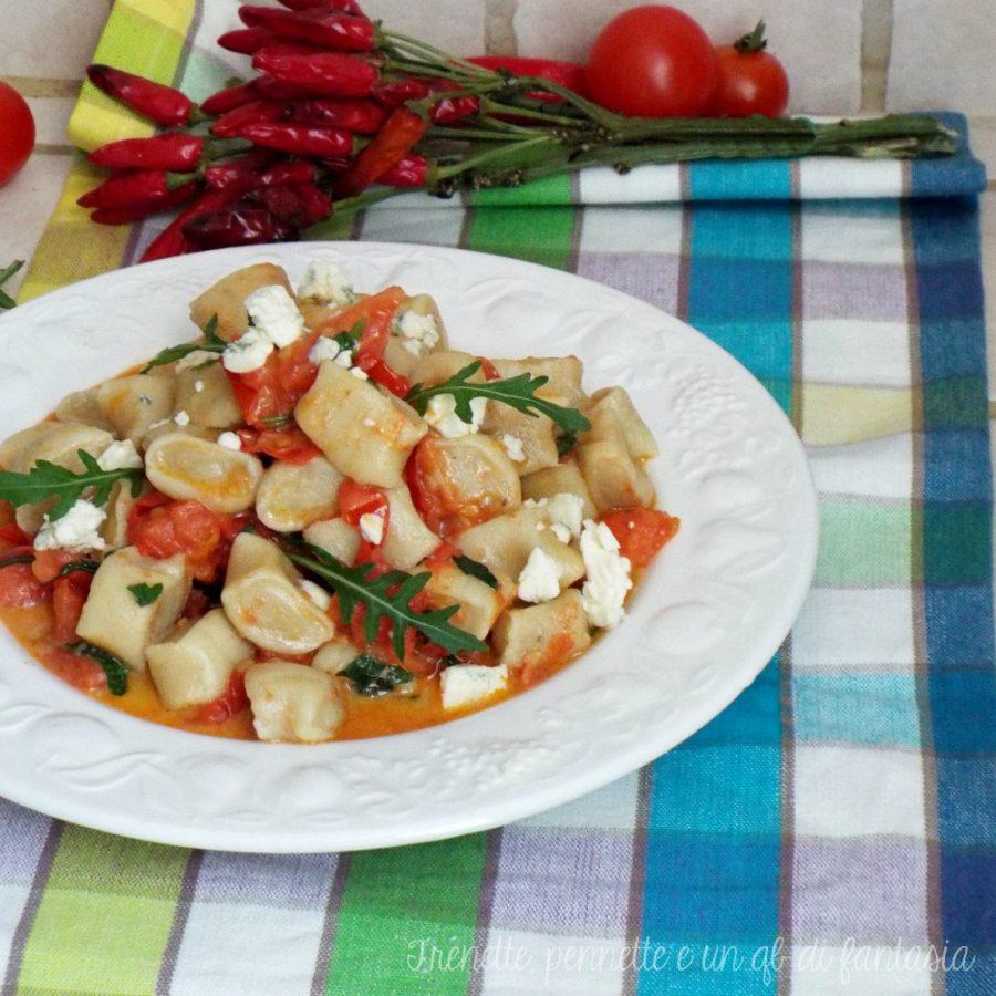 Gnocchi di pasta con pomodorini, feta e rucola