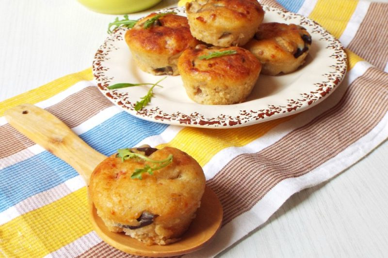 Muffin salati con melanzane e pomodorini