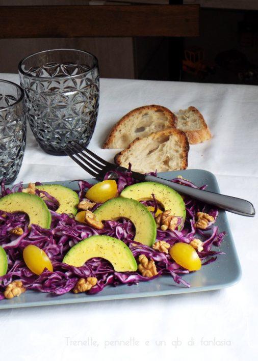 Insalata di cavolo cappuccio viola avocado