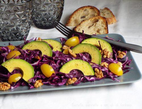 Insalata di cavolo cappuccio viola avocado e noci