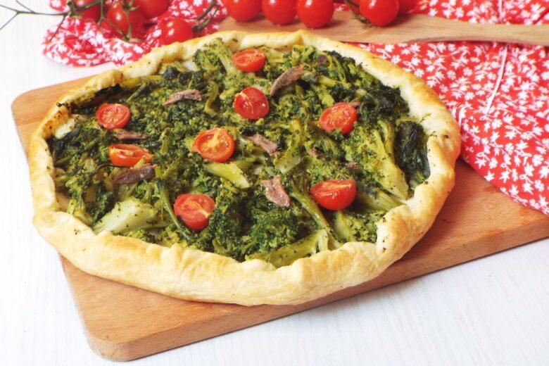 Torta rustica con broccoletti, alici e pomodorini