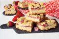 Quadrotti di sbriciolata con crema e fragole fresche