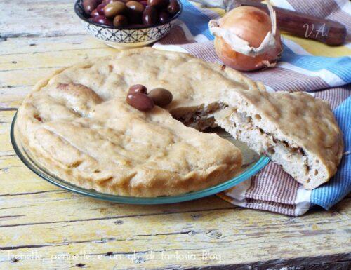Calzone di patate con cipolla, tonno e olive